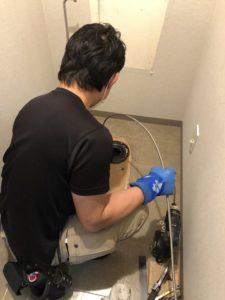 トイレ排水管高圧洗浄中