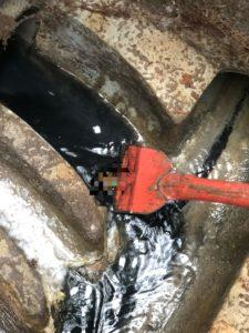 排水マスから流れ出てくる黒い水