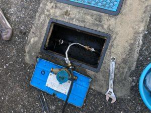 水道メーター二次側配管にガスホースを接続