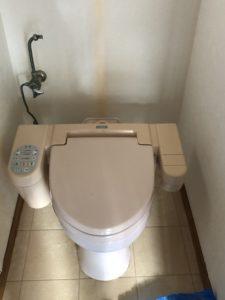 古いトイレのタンクを取り外したところ