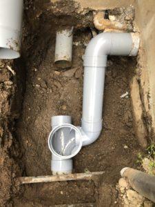 新しい小口径桝を設置して配管中