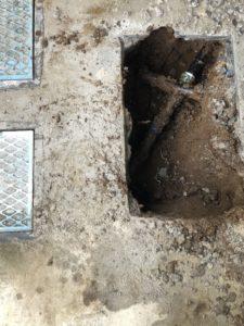 漏水箇所を見つけるためにコンクリートを壊して掘削したところ