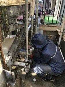既設のポンプユニットと配管を解体中