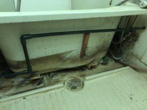 浴槽のエプロン内配管