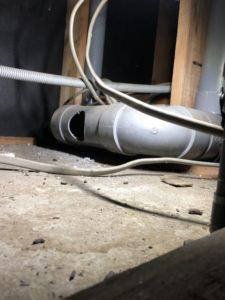 通気弁を取り付けるために穴を開けた排水管