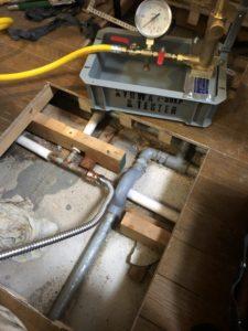 開口したキッチンの床とテストポンプ