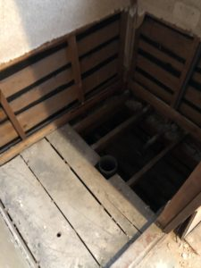 既設汽車便器の床段差部撤去後