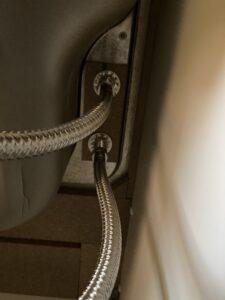 分岐止水栓設置後のシンク裏
