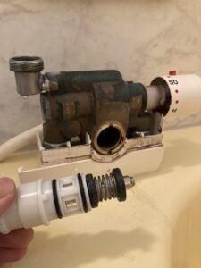 分解修理中の浴室蛇口